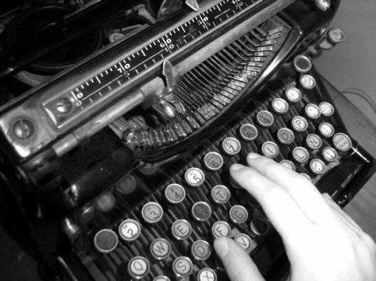 Una vecchia macchina da scrivere da giornalista
